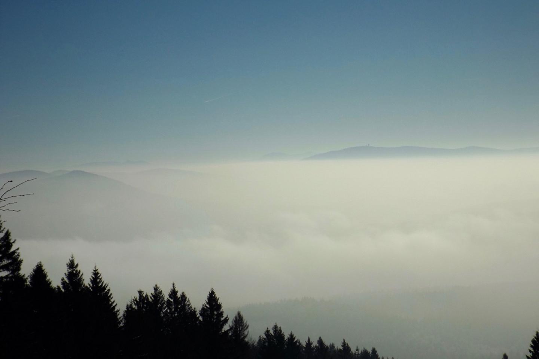 Über den Wolken erkennt man Čerchov, Osser und Herštejn