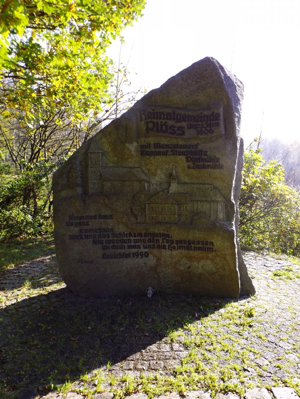 Gedenkstein an die Gemeinde Plöss