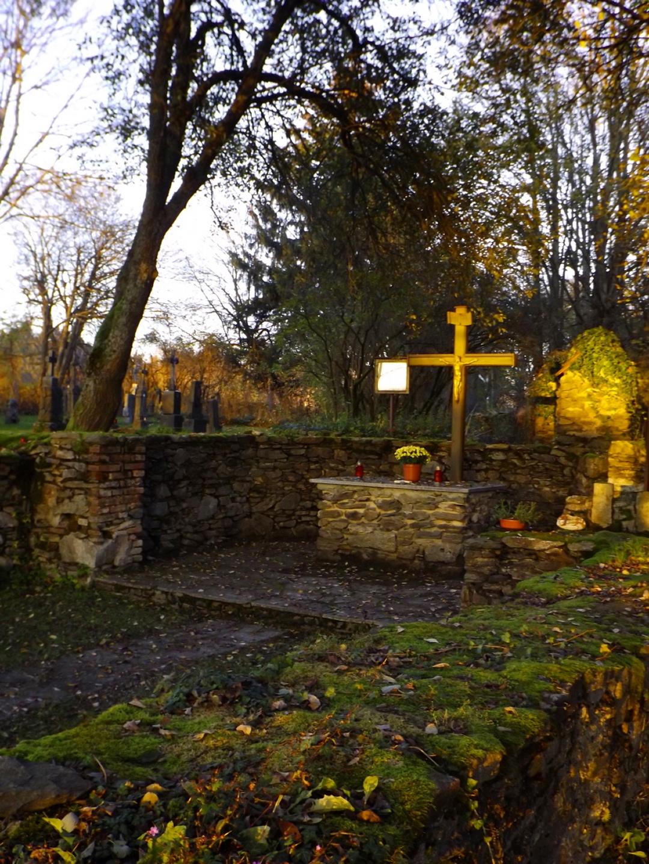 Überreste der Friedhofskirche im Abendlicht