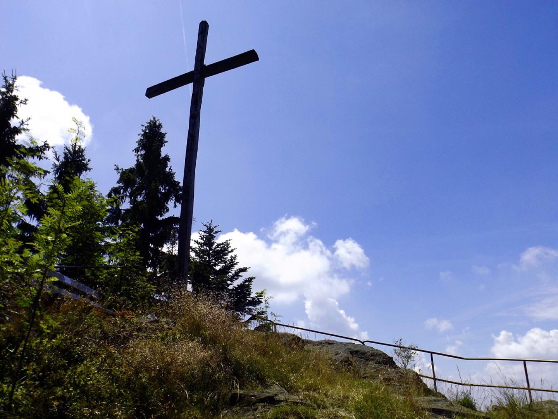 Kreuzfelsen mit Bankerl hinterm Kreuz