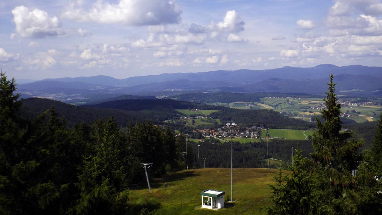 Zwölf Tausender und ein fälschlich den Tausendern zugerechneter 999er. Der zwölfte Tausender ist das Mittagsplatzl (1340 m) ganz rechts