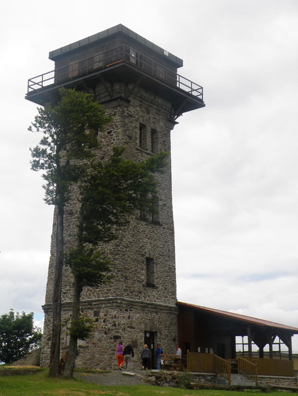 Alter Aussichtsturm, das einzige Gebäude, welches nicht zu militärischen Zwecken errichtet wurde (auch wenn es mit Sicherheit während des Kalten Krieges diese Nutzung hatte)