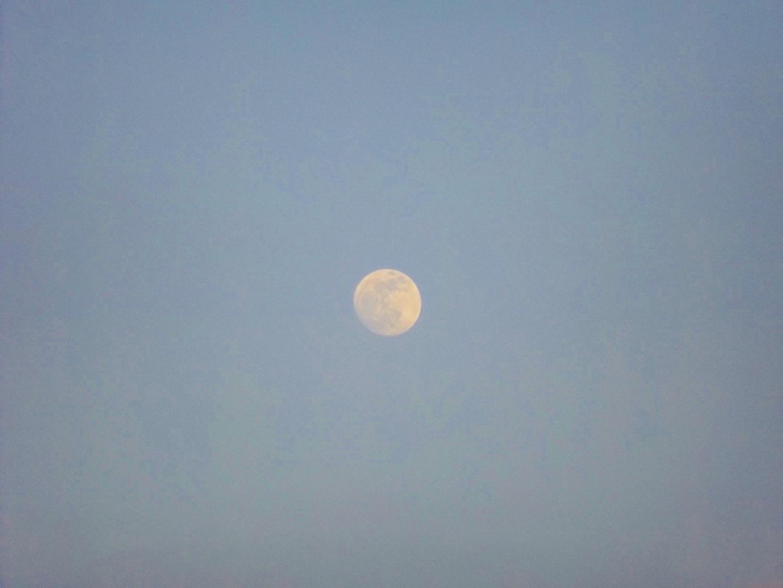 Zur Belohnung grüßt über dem Auto der noch nicht ganz volle Mond