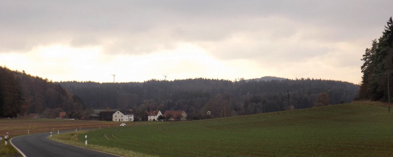 Lichtspiel über den Windrädern auf dem Augsberg