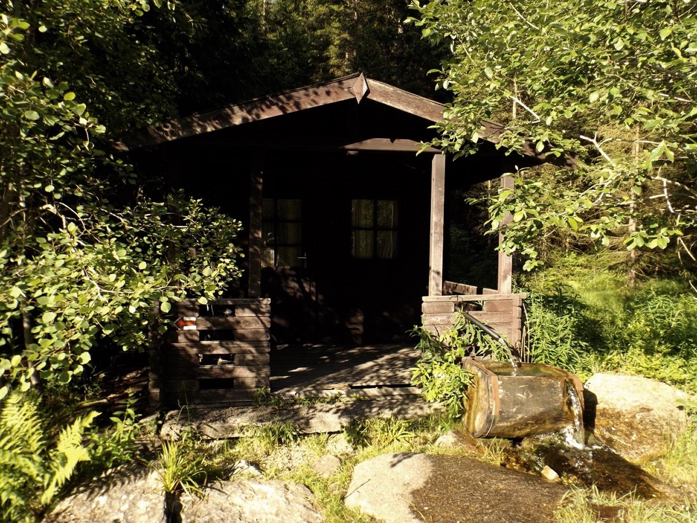 Hütte mit Brunnen