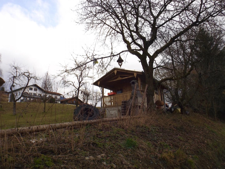 Gartenhäusl mit Bayernfahne in symbolischem Zustand