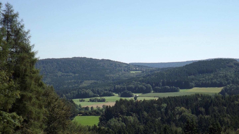 Ich habe gar nicht gewusst, wie herrlich sich Friedrichshäng zwischen Eulenberg und Gradlhöhe in den Sattel schmiegt