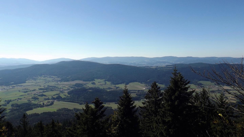 Auch vom Ostgipfel hat man eine schöne Aussicht über Viechtach hinweg