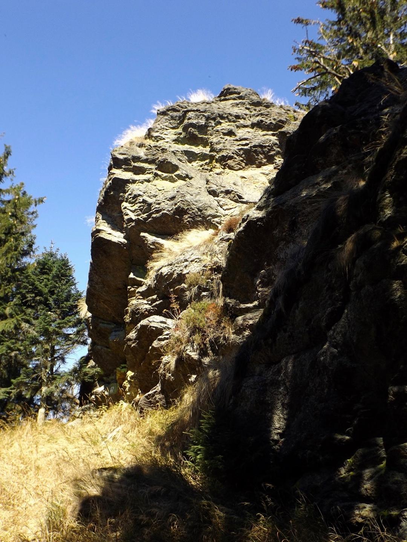 Einer von fast genauso vielen nur mit Kletterausrüstung erreichbaren Felsen am Kamm