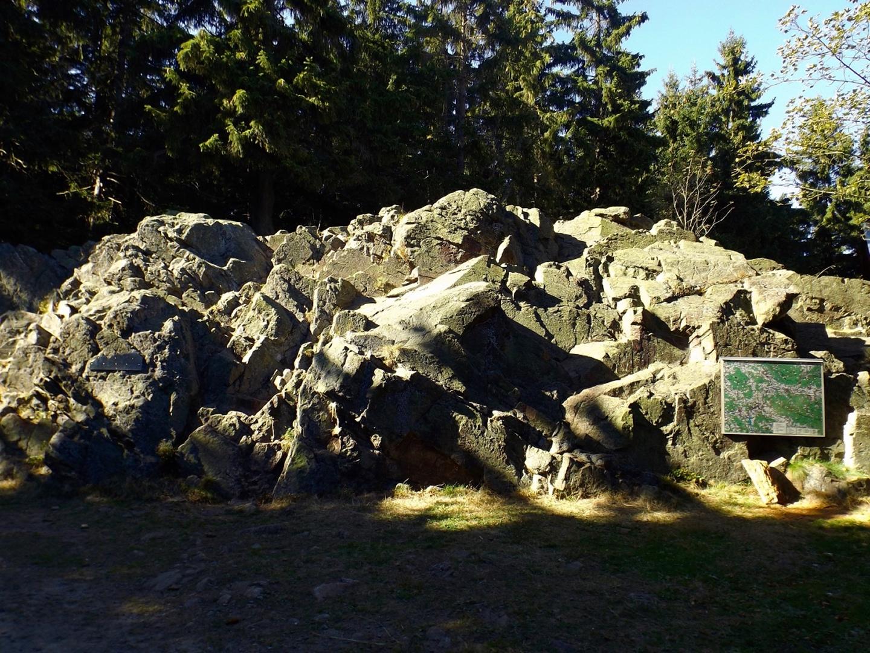 Warum das 12-Tausender-Taferl an diesem Fels hängt, weiß ich auch nicht. Er liegt halt direkt am Weg