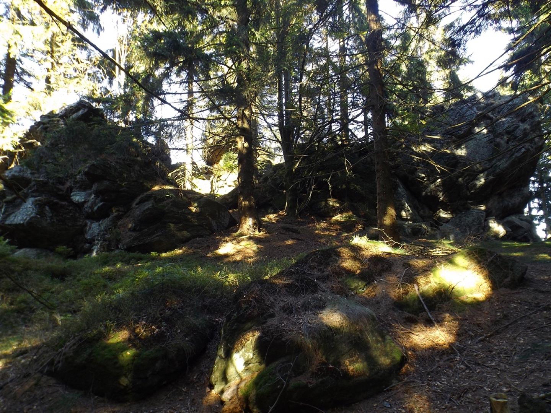 Burghofähnliche Felsgruppe kurz vor dem Kreuzfelsen
