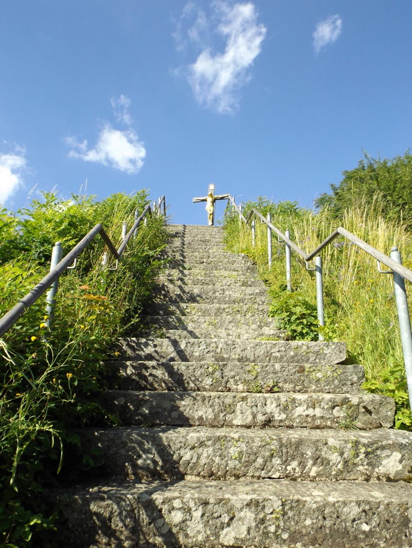 Treppe zum Bergfried mit Gipfelkreuz